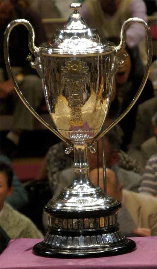 20120520千秋楽表彰 002賜杯